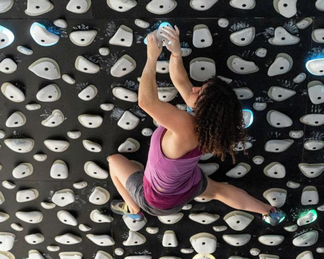 El Kilter Board es un muro de entrenamiento adaptable para casi cualquier nivel de dificultad y también ofrece la variabilidad necesaria para el entrenamiento de alta gama. así que si quieres ponerte fuerte este es tu muro. Ven a probarlo. • • • @kilterboard @kiltergrips • • • #climbing #getstrong #boulder #bouldering #bloc #indoorclimbing  #exercise #fitness #training