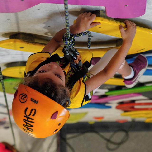 Necesitas un lugar divertido😜, seguro🔒, y muy motivante😎 para traer tú casal?, pues aquí lo tienes…😍 • • • @tembofamilyclub @petzl_official @prana @tenayaclimbing @maximropes @trublueclimbing • • • #casal #verano #summercamp #climbing #boulder #bouldering #bloc #klettern #arrampicata #escalade #escalada #indoorclimbing #exercise #sport