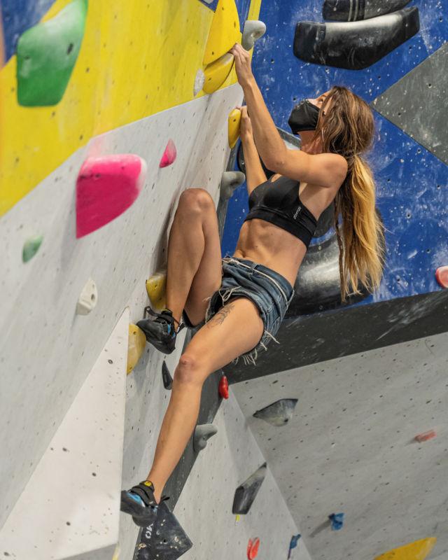 Cuida y ama❤️ tu cuerpo , es el único lugar que tienes para vivir. • • • @petzl_official @prana @tenayaclimbing @maximropes @trublueclimbing • • • #climbing #sportclimbing #getstrong #boulder #bouldering #bloc #klettern #arrampicata #escalade #escalada #indoorclimbing  #exercise #fitness #training #sport