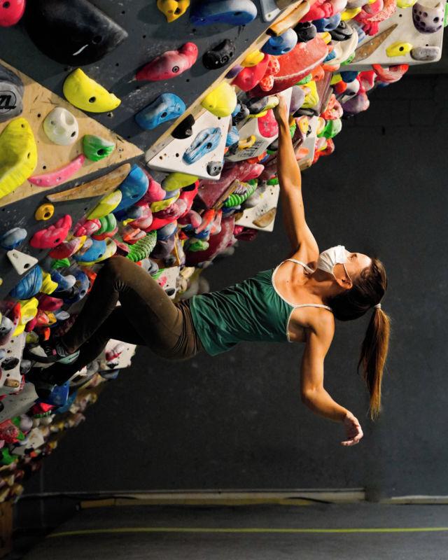 Si quieres ganar resistencia y fuerza💪 ven a entrenar en nuestro muro de 45 y veras resultados en poco tiempo, pero eso si no olvides usar tu mascarilla😷 y sobre todo divertirte.😜 • • • @petzl_official @prana @tenayaclimbing @maximropes @trublueclimbing • • • #getstrong #boulder #bouldering #bloc #indoorclimbing  #exercise #fitness #training #sport