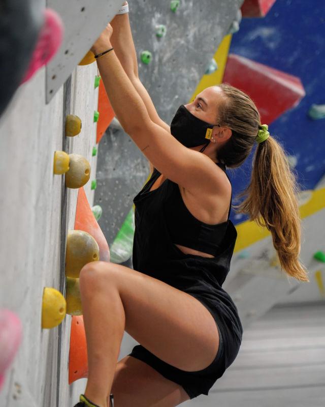 La graduación de dificultad es una guía, no la realidad absoluta, por eso te animamos a consultar nuestra guía de niveles 🟦 🟩 🟨 🟥 🟪 ⬛ y animate a probar lo que se te da bien y lo que no también 😜😎 ❤️ #climber @claudiarifa • • • @petzl_official @prana @tenayaclimbing @maximropes @trublueclimbing @dreamwallclimbing • • • #climbing #boulder #bouldering #bloc #indoorclimbing  #exercise #fitness #training #sport