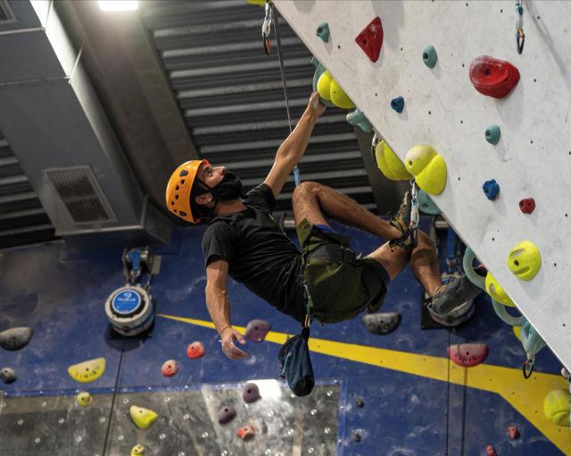 Nuestro equipo de recepción😎 también se motiva a escalar en nuestra zona de @trublueclimbing, es la mejor manera de entrenar rápida y eficazmente💪, ven a probarlos.💥 • • • #climbing #sportclimbing #getstrong #klettern #arrampicata #escalade #escalada #indoorclimbing #exercise #fitness #training #sport